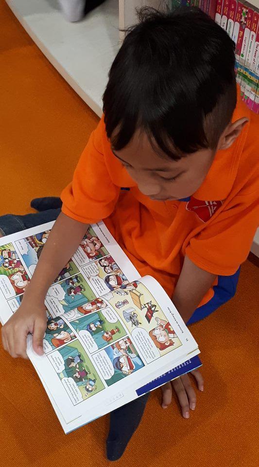 Salah satu murid Anak Panah Homeschooling sedang membaca komik edukasi pada Fieldtrip ke Perpusnas (21/2/19).